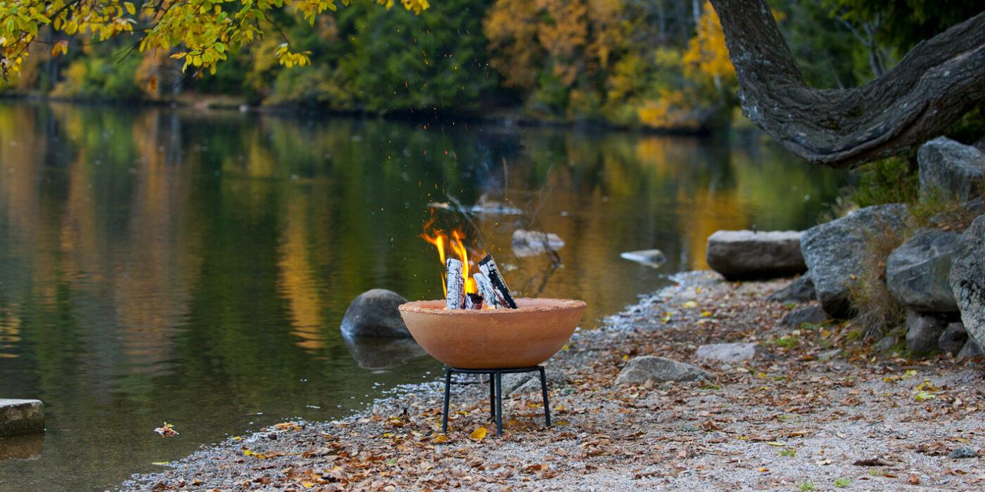 Feuerschale im Herbst am Wasser