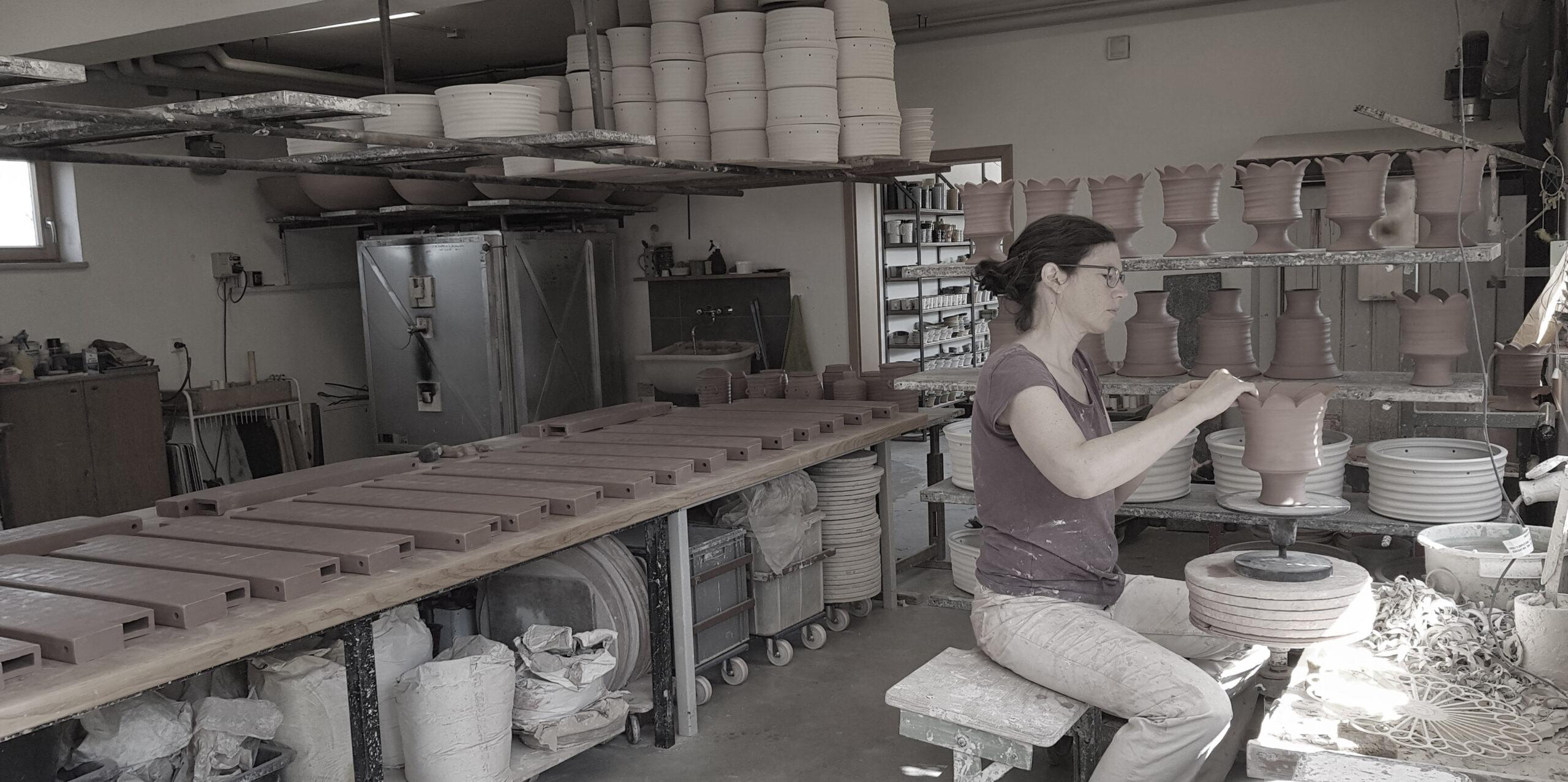 Kathrin Ernst in der Werkstatt an der Drehscheibe